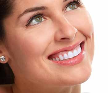 Image of a smilling woman showing her brighter teeth